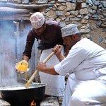 طبق العرسية من #عُمان، طبق تقليدي شهي ممزوج بالسمن البلدي يطهى على الحطب نتعرف في #حكاية_طبق   17KSA  #مسقط #السلطنة https://t.co/OYGeoA8Jel