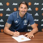 Zlatan Ibrahimovic signing his Manchester United contract https://t.co/NvdCSilwoY #MUFC
