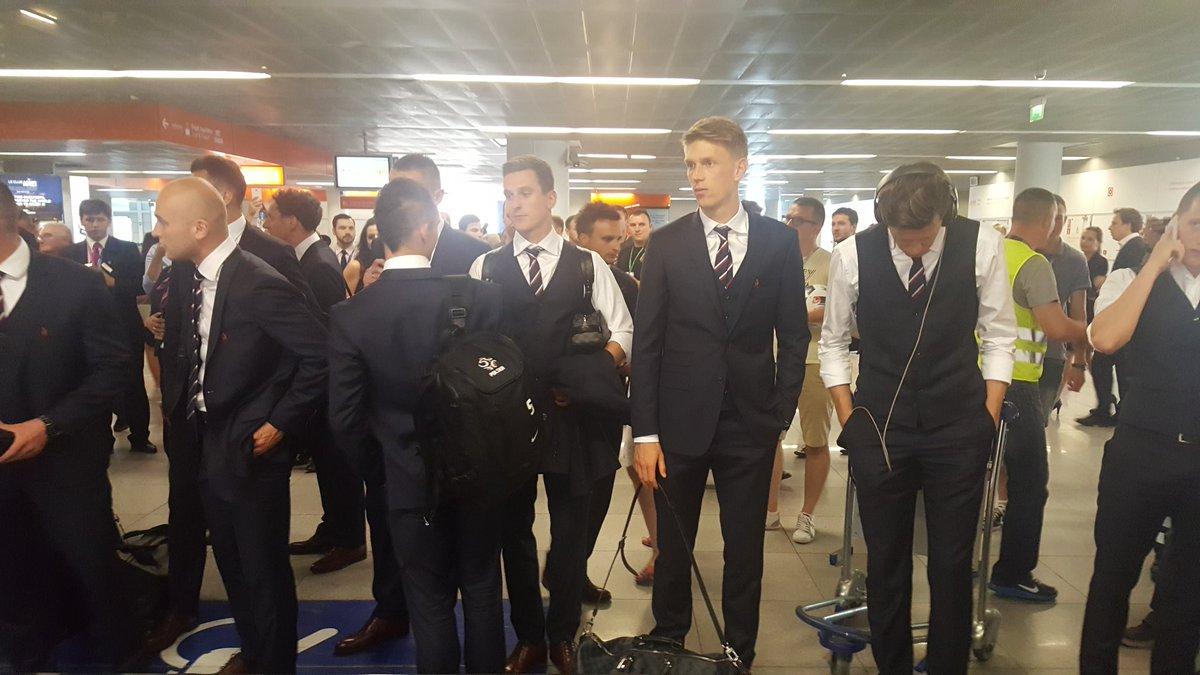 Bohaterowie czekają na bagaż... #POL #AirportLive https://t.co/UiTc1dWYYl
