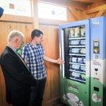 Zukunft #Landwirtschaft. 24h-Hofladen. Eier, Obst, Gemüse aus Kühlautomaten. OB Kuhn besucht Landwirt in Mühlhausen. https://t.co/kLM35ihqa5