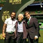 Os Sócios recebem os emblemas de Bruno de Carvalho, juntamente com os atletas #ParabénsSporting https://t.co/2Dgo4f6aUQ