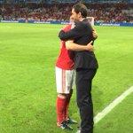 Photos: Arsenal legend Robert Pires congratulates Aaron Ramsey after tonights win. [@alexandreruiz] #afc https://t.co/nlkXNen1xt