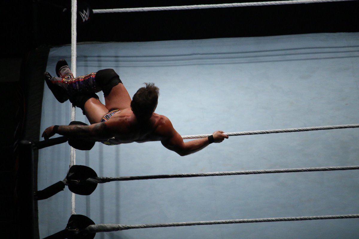 2016.07.01 WWE RYOGOKU ジェリコのロープ寝に対抗しようとするも滑って登れなかったのでリングにゴロ寝w #WWETokyo https://t.co/Jg2ysgBHuN