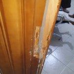 منظمة منى تقوم بواجبها الانساني وفي نفس الوقت تقوم عصابة باقتحام مكتب المنظمة في صنعاء وسرقة 3اجهزة لابتوب عالم بشع https://t.co/wcBEyCtabU
