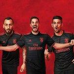 São tão parecidas que se não tomo atenção ainda compro uma do Benfica https://t.co/MBFZZNQpUg