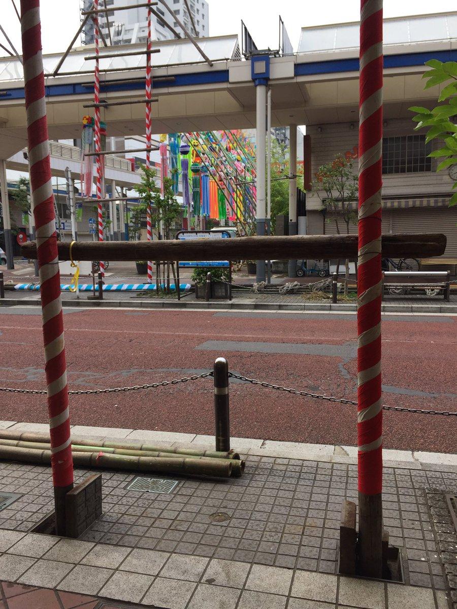 七夕を支える土台用のマンホールもあった。平塚のメイン通りは七夕祭り仕様になってるー。 https://t.co/is6N02FQLg