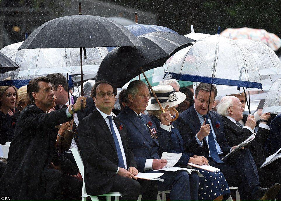 Finalement, @fhollande entrera dans l'Histoire en tant que l'homme de la pluie et de ses porte-parapluie. https://t.co/K4yf16ESLf