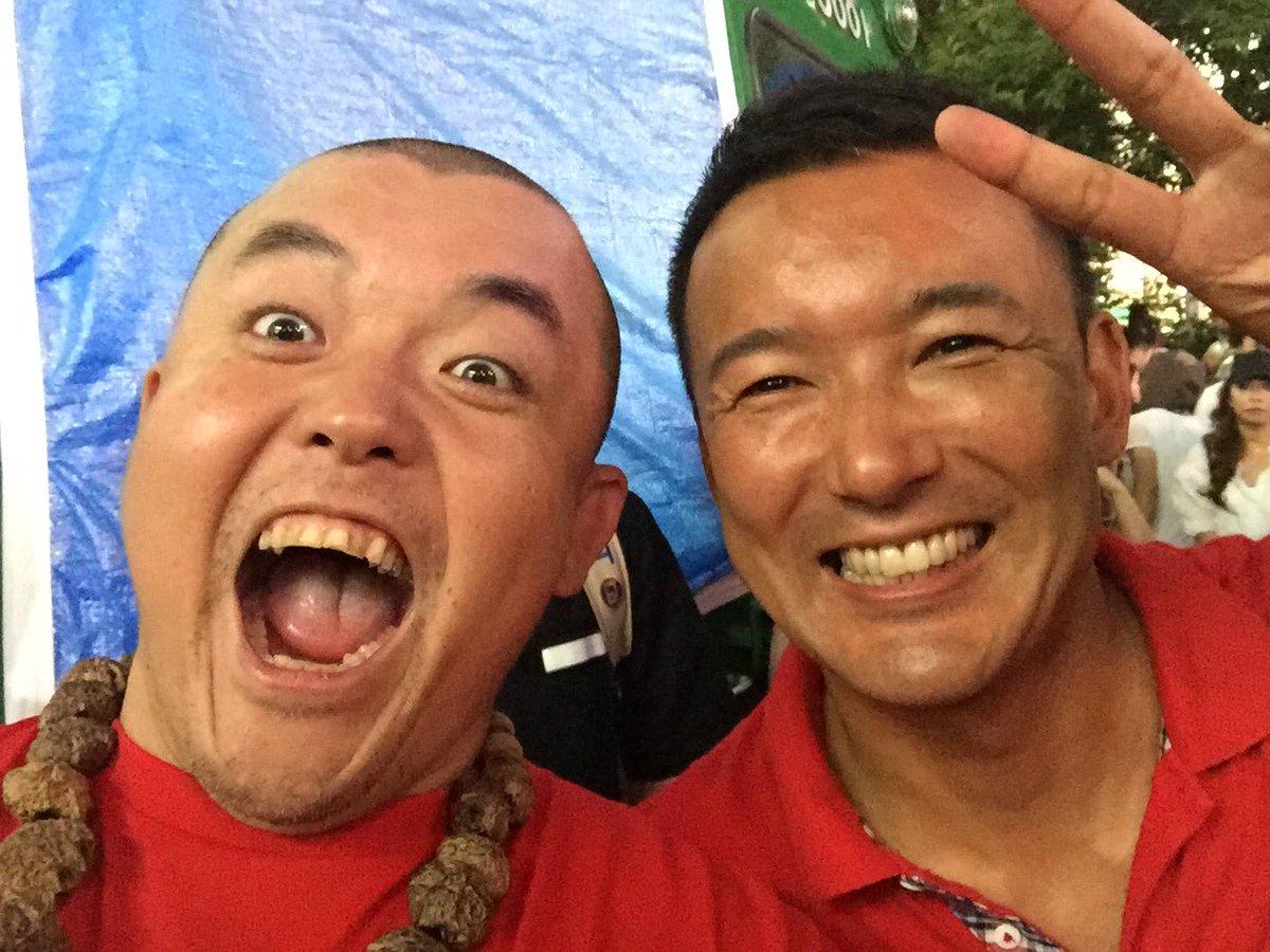 実は3.11後に初めて山本太郎を福島に誘ったのはワシなんよ。高校生のイベントに飛び入りさせてもらってメッセージを伝えさせてもらったり一緒にラジオでたり避難所を訪問したり。あれから5年、いい関係が続いとるよ。#自分らしくあれる社会 https://t.co/BKsIJh8KXj