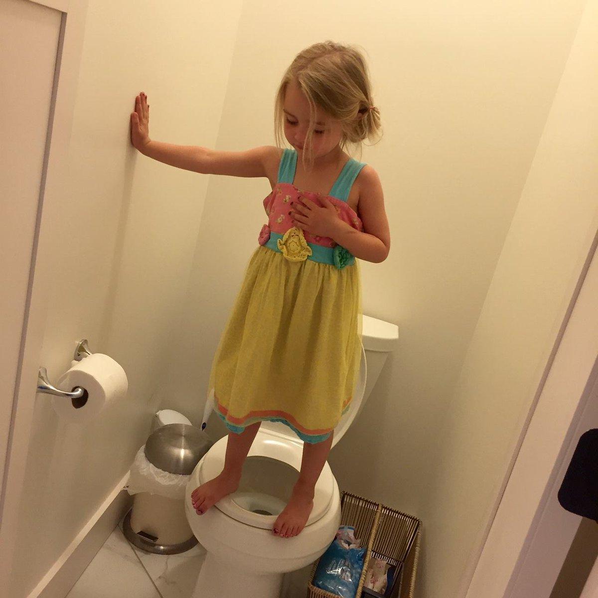 なぜ3歳の少女は便座の上に立っているのか。理由が悲しい。 https://t.co/P3VTLIuqx1 #COLUMN https://t.co/7UMVPvw0Z6