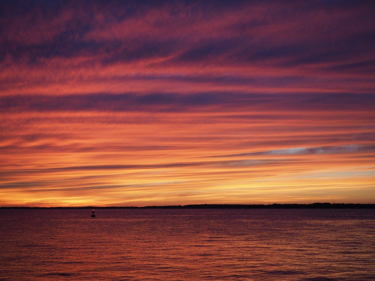 Amazing! RT @DangerousBiz: Totally unedited photo from tonight's sunset in Sandusky. HOLY CRAP. @ShoresIslandsOH https://t.co/F2FxuC4Yb3