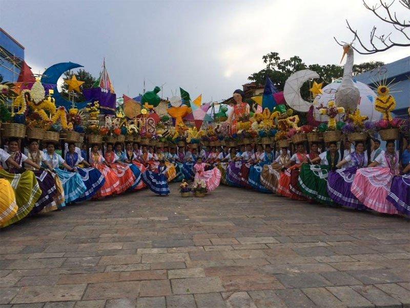La algarabía de la fiesta de la #Guelaguetza2016 se vive esta tarde en las diferentes calles de la ciudad de #Oaxaca https://t.co/kT5hYwAVfz