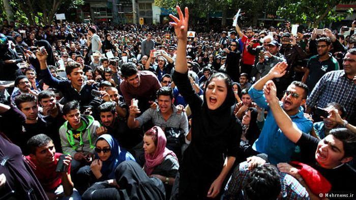 """أصفهان تتظاهر ضد حكم النظام الايراني وتهتف """"اخرجوا من سوريا"""" https://t.co/VfJApPXy3G https://t.co/WrwXIrdVzo"""