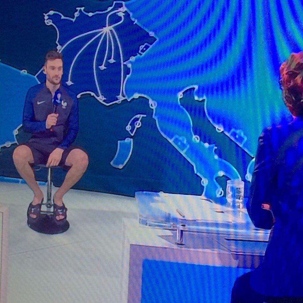 La sérénité, c'est apparaître en claquettes à la télévision française avec effets spéciaux toussa. #FRAISL https://t.co/wWm0FSECg7
