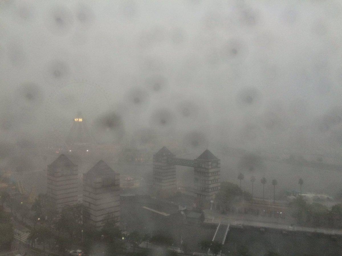 ランドマーク周辺。豪雨でほとんど見えません!カミナリも激しいです。お出かけ中の方はご注意ください。 #ゲリラ豪雨 #fmyokohama https://t.co/g18S6ZyI8t