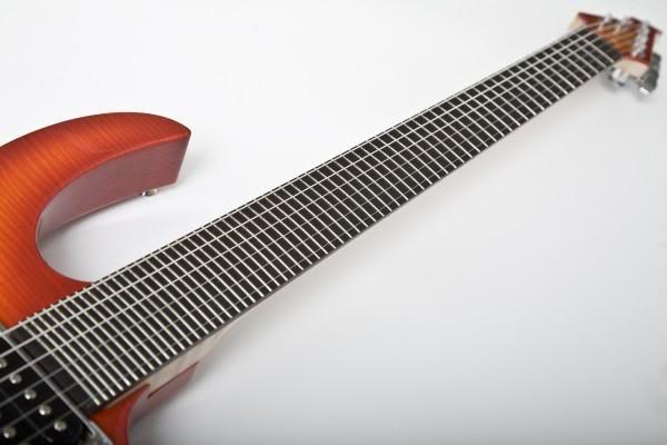 ギターのフレットは別に半音ごとという決まりは無い 音をもっともっと細かく分けることも可能なはず ということで、こちらは1/6音ごとにフレットを載せたとんでもないギター 音域は通常の22Fと同じ、しかしこちらは66F! https://t.co/pjc9ES42Oo