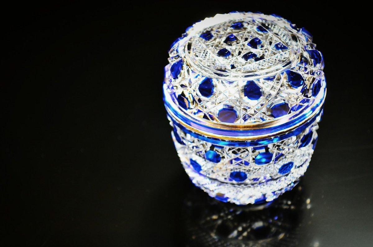 こちらは江戸切子の瑠璃被籠目紋義山棗(るりきせかごめもんぎやまんなつめ)です☆(´▽`)ノ  「義山」の語源は「ディアマン(=ダイヤモンド)」なのですが、本来はカットグラスであってこそ義山と称します☆  この煌めきがたまりません♪ https://t.co/Q4bPgSxidh
