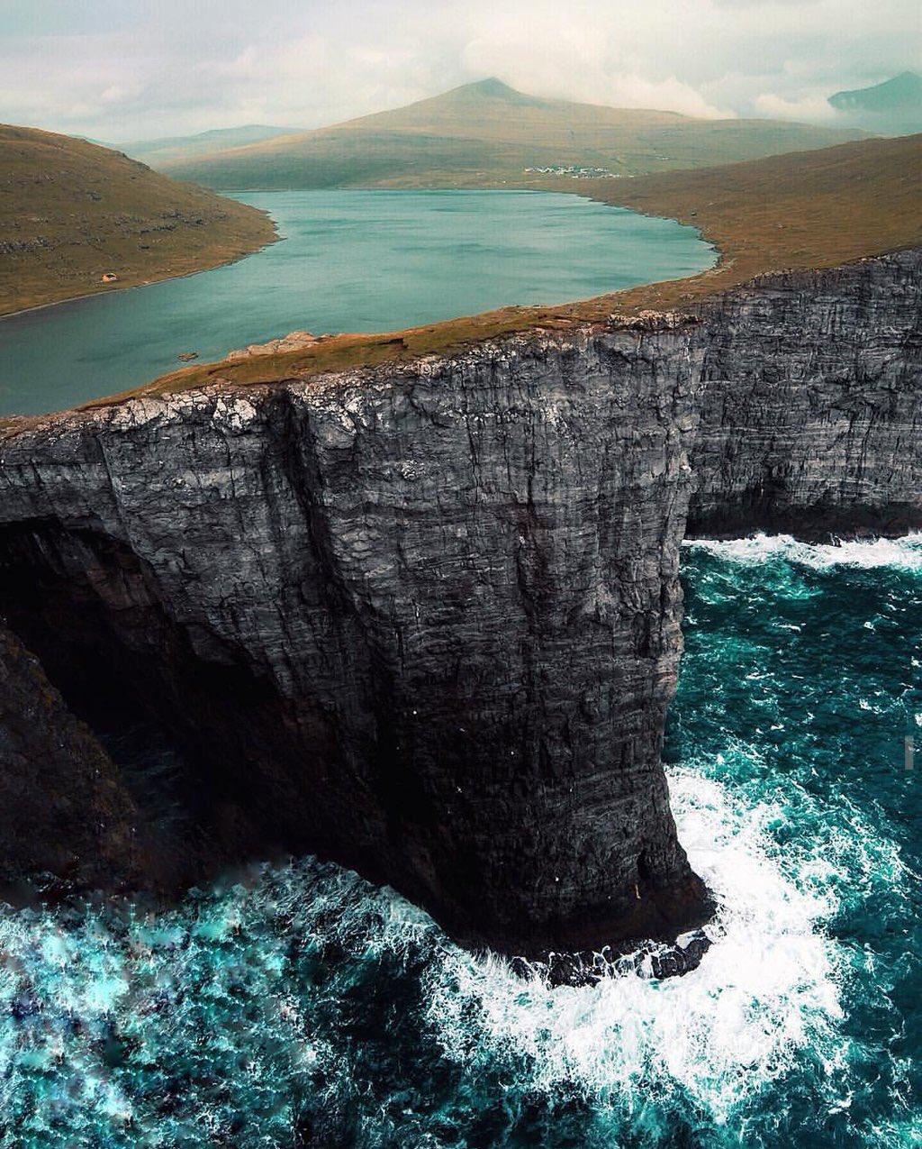 Faroe Adaları'nın en büyük gölü; Vágar Adası'nda bulunan ve denizden 40 metre yüksekteki Sørvágsvatn https://t.co/59dunD2RAc