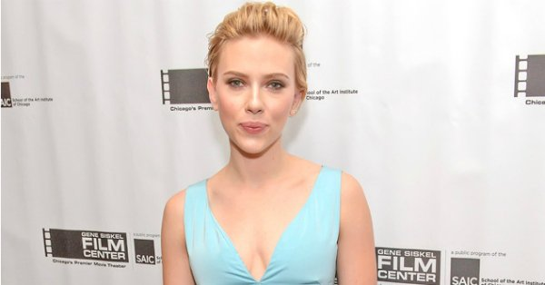 Scarlett Johansson befuddles in this drop-waist Oscar de la Renta dress:
