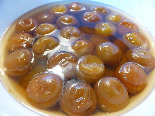 梅ジュース作った後のシワシワ梅を味醂で煮含めてお茶請けに。そのまま食べたり、魚炊く時入れたり、寒天で固めて錦玉羹にしても美味しい。ふっくら柔らかくするには煮汁から梅の実を絶対出さないこと。煮たあとの味醂は料理や薄めて梅ジュースに。 https://t.co/Bc7fcQMxCP