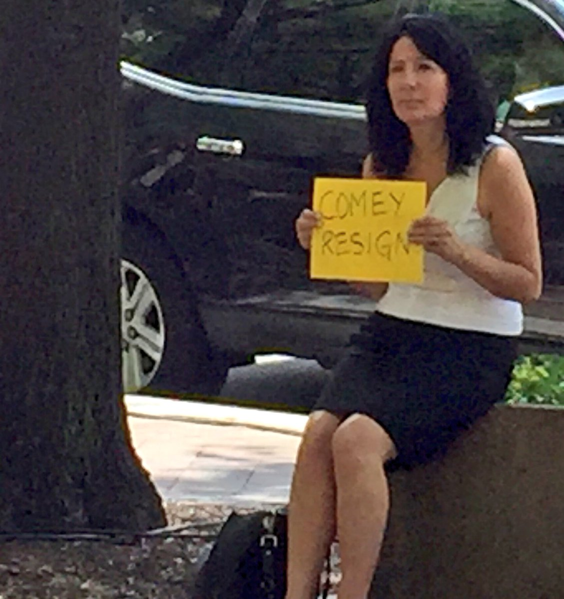 Woman outside @FBI HQ https://t.co/hWxj2BtaE8