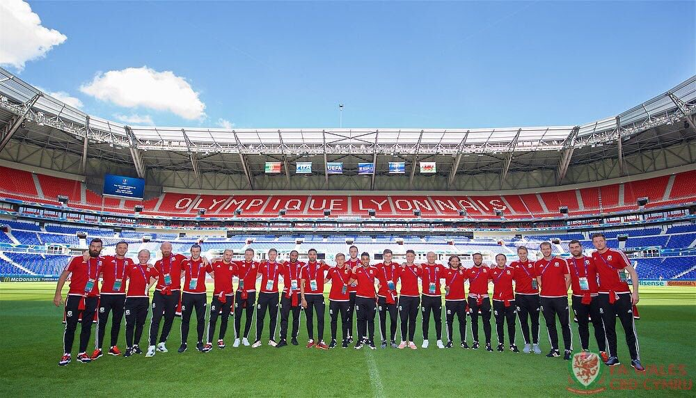 Preparations for the Semi-Final of @EURO2016 complete!!! We are ready.. #BandOfBrothers #TogetherStronger https://t.co/dHEKg5UU2C