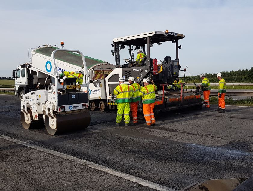 Work to lay the new tarmac is going well on #M1 S/B J22-J21A. Carriageway remains closed. Latest image from scene: https://t.co/T76Ti2I7ZD