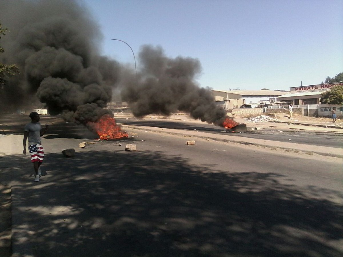 "Current situation in Bulawayo,as protesters are burning tyres in the middle of the roads  ""@tinosamk #ShutDownZim https://t.co/IM8t85zodH"