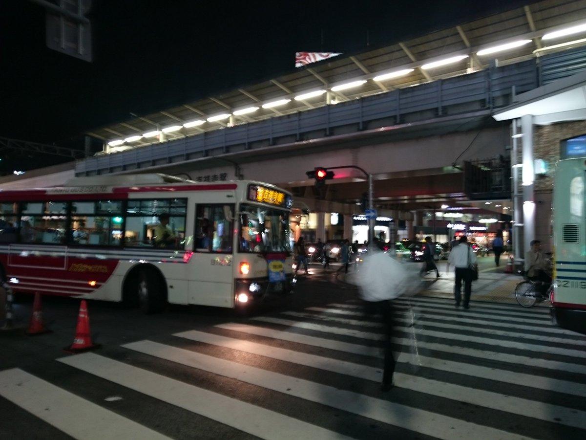 前のバスが停まったので信号で曲がりきれず、この位置で立ち往生する関東バスクオリティ。 この後別の関東バスが、信号変わっても横断歩道を歩いている歩行者にクラクションを鳴らしながら左折していったw https://t.co/NIp7ewGRd7