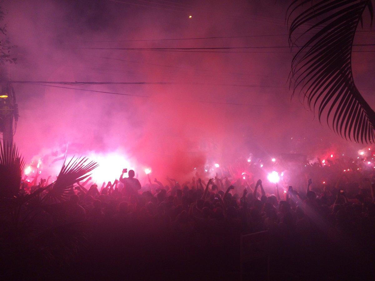 Festa na chegada do ônibus do São Paulo https://t.co/oAxPEhslhn