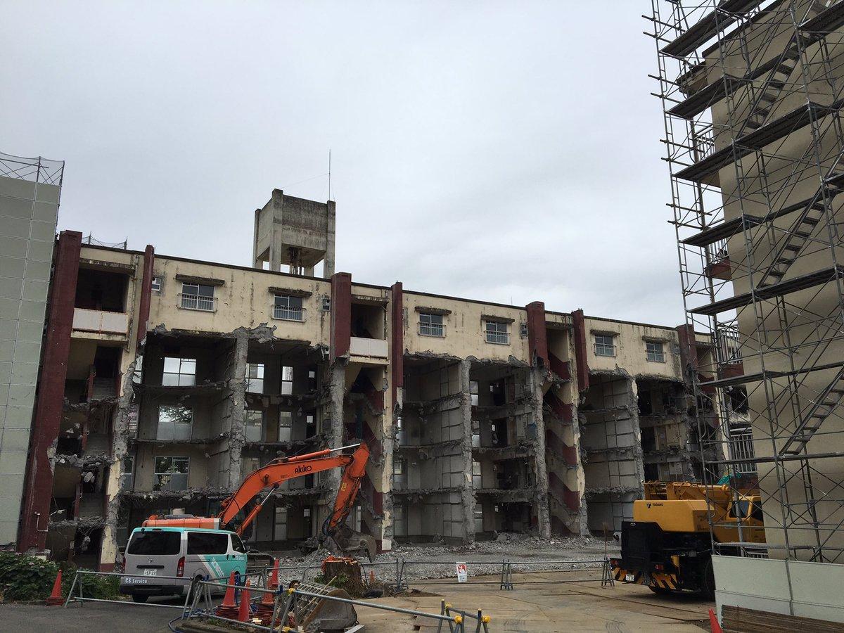 ビクタースタジオ前の霞ケ丘団地の解体始まってるし!新国立競技場横の公園になるんだって。#朝ラン #新国立競技場 #取り壊し中のビルのコンクリートの断面萌え https://t.co/GA14GUVvtD