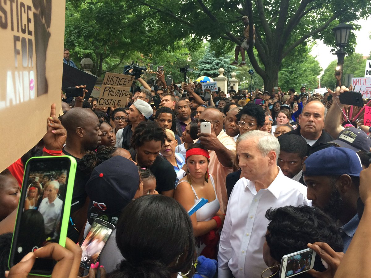 Outside his residence, @GovMarkDayton talks with protestors, hundreds have marched here https://t.co/f9tkUQd9Zv
