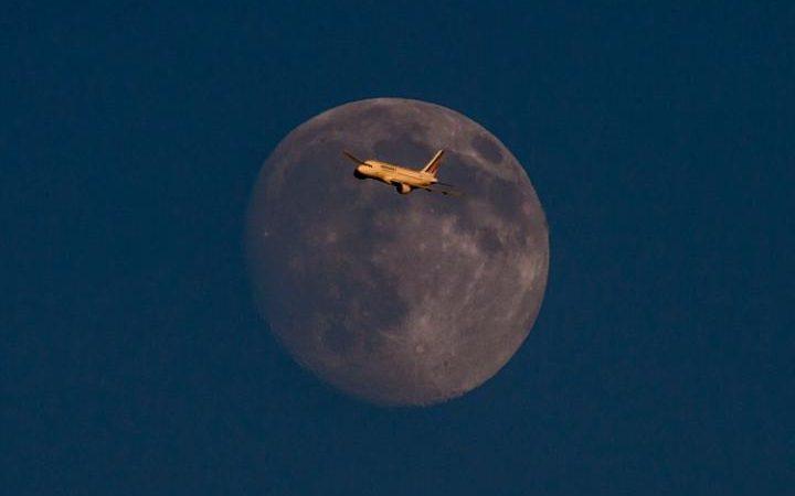 صورة جميلة لطائرة الخطوط الفرنسية وخلفها القمر قرب مطار هيثرو، لندن #عالم_السياحة https://t.co/nS1sfBDY1N