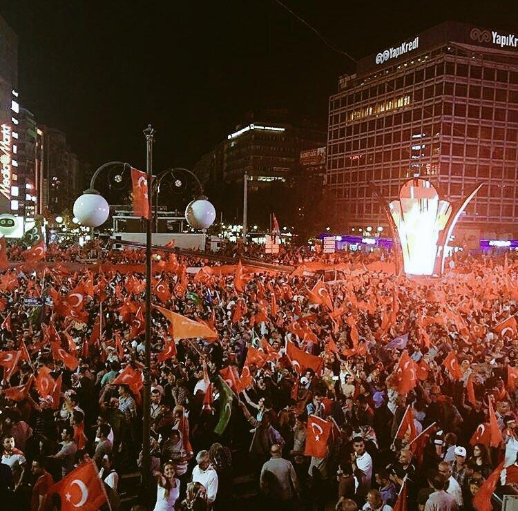 #Ankara #Kızılay da #Demokrasi Nöbeti Devam Ediyor ! https://t.co/ooNrlULx68