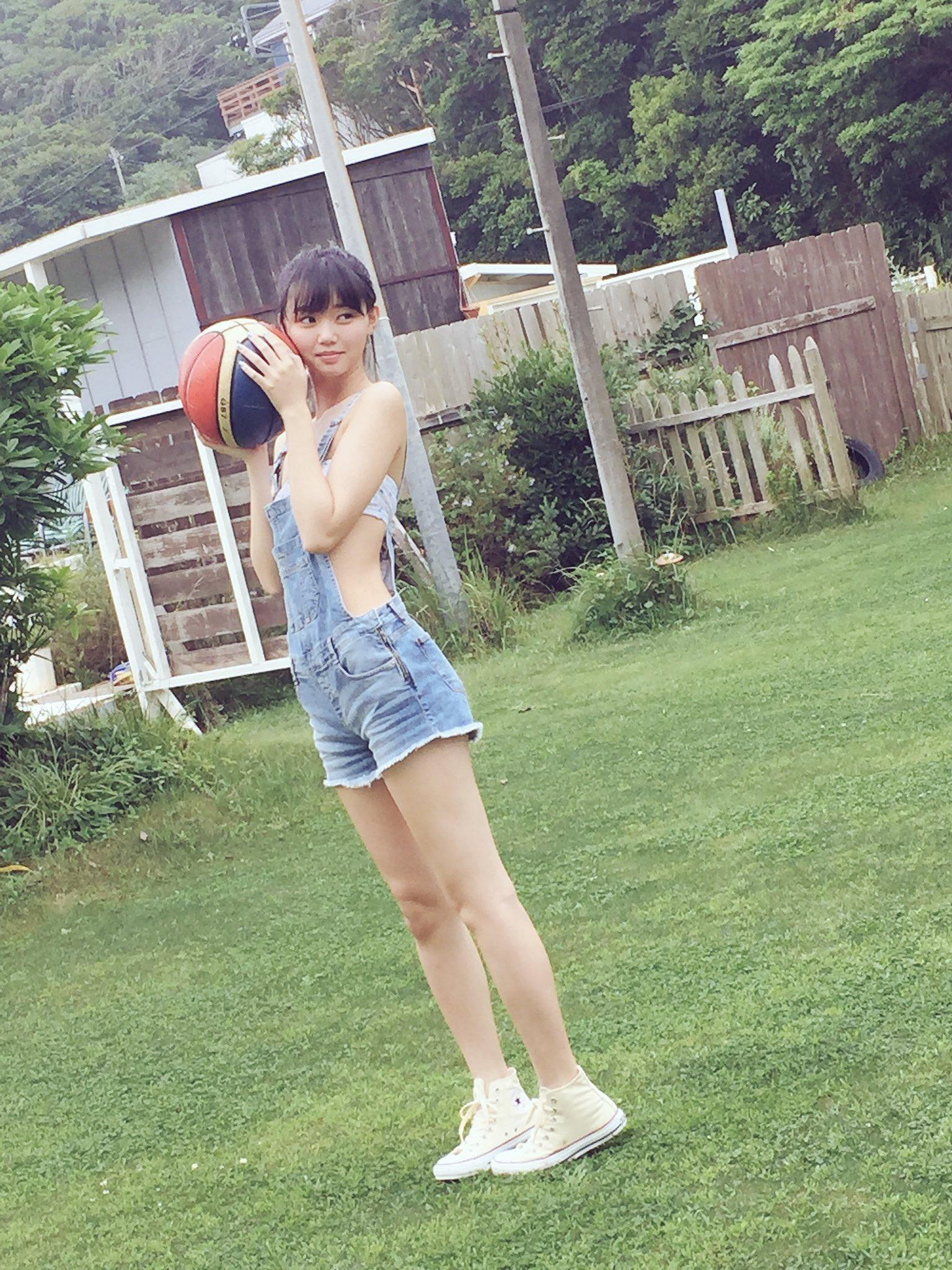 デニムサロペを着ている江野沢愛美