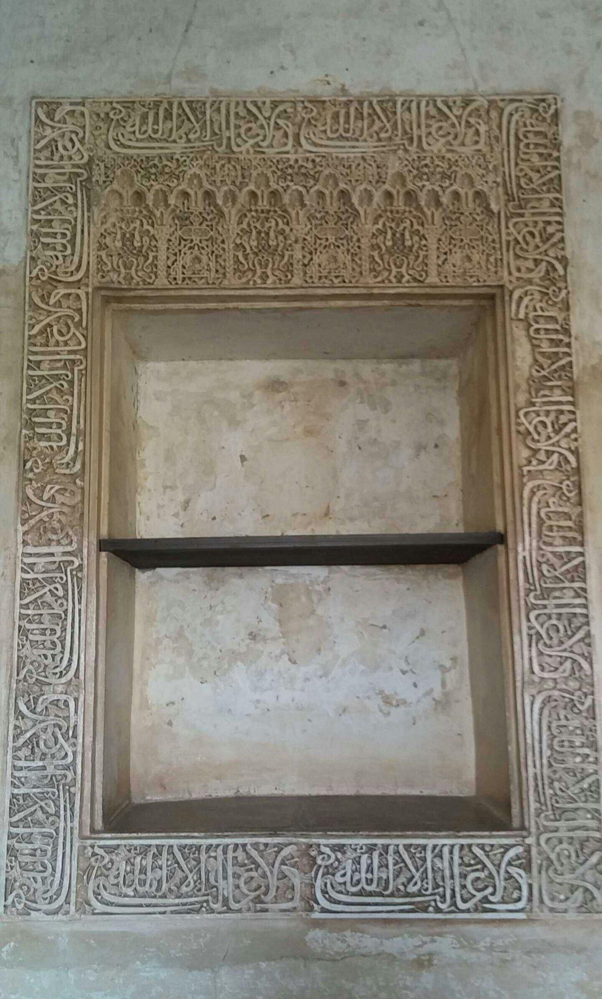 """عند الدخول لقصر الحمراء من باب الشريعه تجد هذه اللوحة مكتوب عليها  """"لا غالب إلا الله"""" #الأندلس #غرناطة #قصر_الحمراء https://t.co/fO1EKHR10F"""