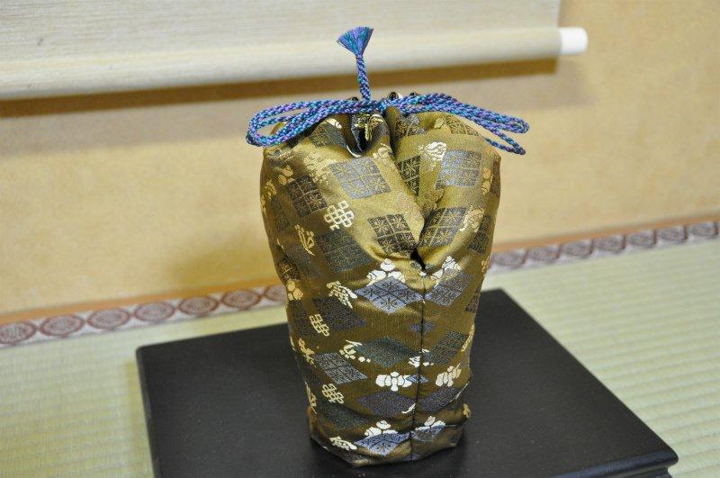 ガンダムUC ロボット魂 「クシャトリヤ」も仕覆に包んでみました。仕覆のいいところは髷。髷が一番大事。弊社の仕立ては近江