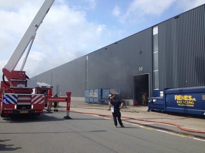 Gebouwbrand Amersgat Hoek van Holland betreft brand in een afzuiginstallatie bij een kartonverwerkingsbedrijf https://t.co/PK0EpAWLgx