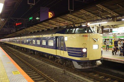 583系@横浜駅 二年前に地獄絵図だった教訓からか、通常の東京方面電車を8番線にまわして583系を7番線に停車させてる。しかも熱海方面の電車を5番線... [ #PluCial https://t.co/mODUwm62ix ] https://t.co/6spY5yDs06