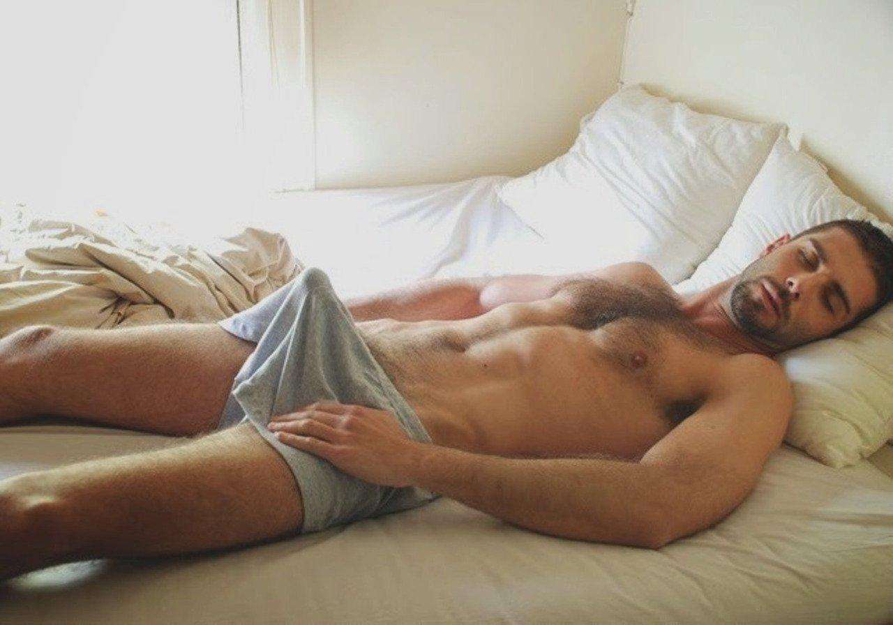 Попали голый пацан спит