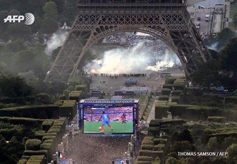 Hace un rato en París, pantalla gigante con la final tapando disturbios contra la reforma laboral de Francia https://t.co/JdoGs59kFb