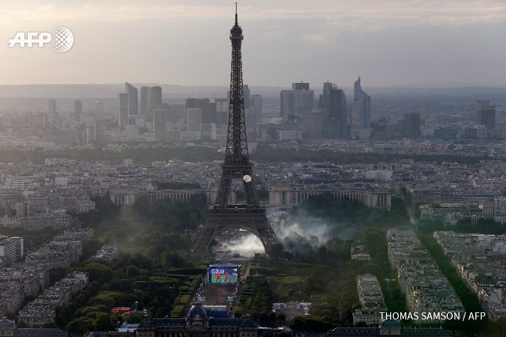 Fans watch #Euro2016 as French police under Eiffel Tower tear gas other fans trying to join the crowd. What a photo. https://t.co/Xwngqjd47P
