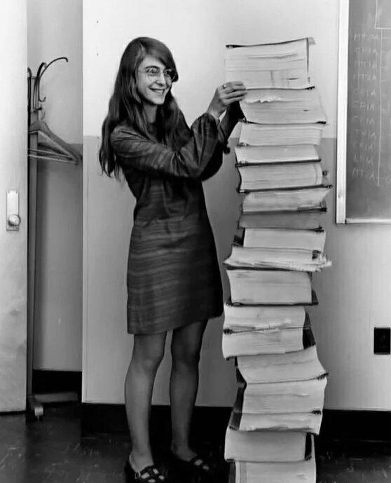 Margaret Hamilton com a pilha de códigos escritos por ela para o primeiro pouso do homem na Lua. https://t.co/2J0jn1z0qI