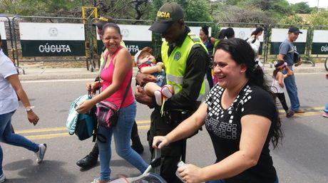 El comportamiento de la policía colombiana se hizo notar, ayudaron a los venezolanos en todo momento. https://t.co/ALY1IUrCfW