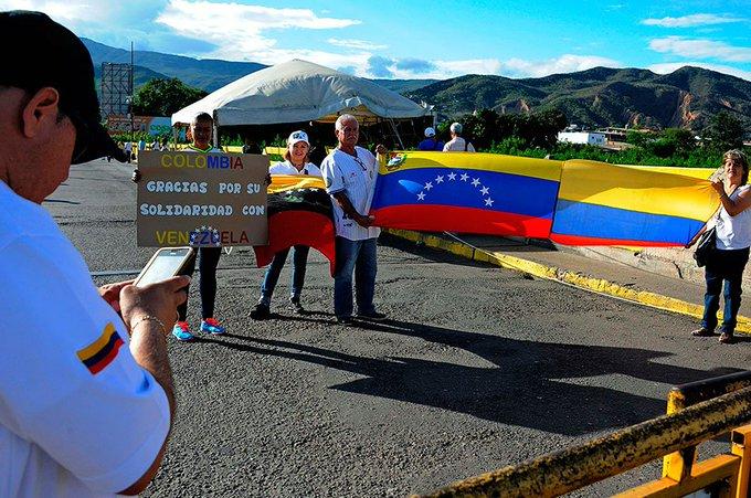Resultado de imagen para foto en jpg de venezolanos cruzan la frontera colombiana