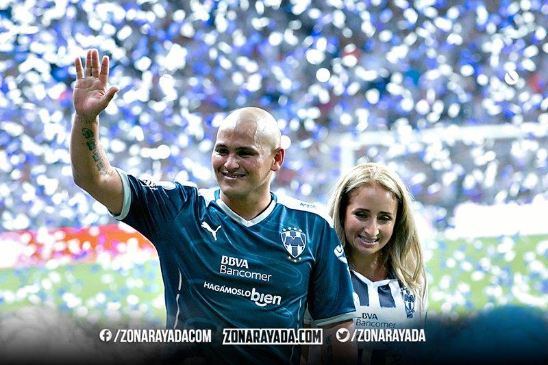 Por tus goles, alegrías y Campeonatos ¡Gracias Suazo! #SuazoPorSiempre https://t.co/fYNX11Kv0Y