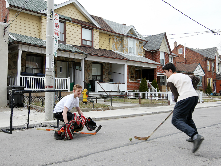OK in Calgary, outlawed in Toronto: Ontario minister calls for reversal of street hockey ban