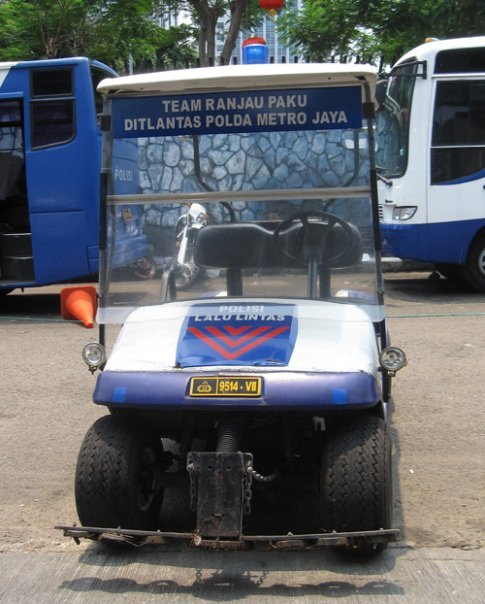 Foto: kendaraan penyapu ranjau paku Ditlantas Polda Metro Jaya. https://t.co/Vf6he5oSRC