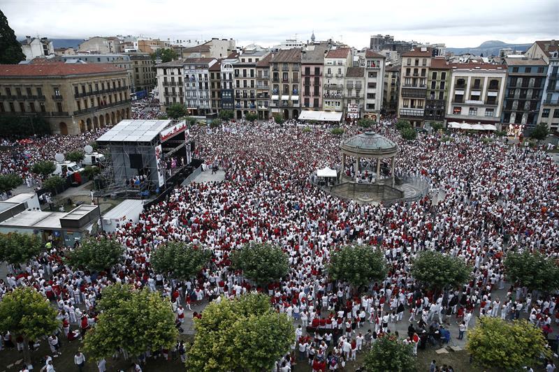 #SF2016 Multitudinaria concentración en #Pamplona contra las agresiones sexuales https://t.co/cpYIGIDjwC https://t.co/FBwxhwjA3c