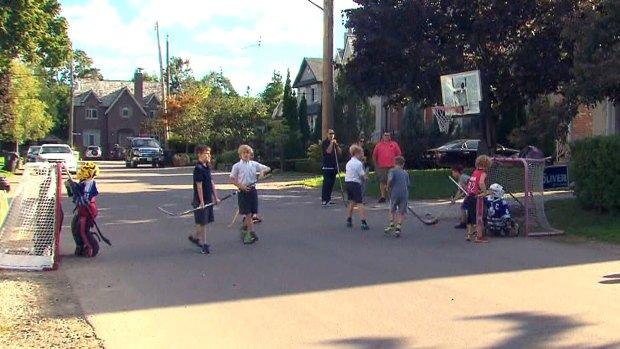 Ontario minister asks Toronto to drop ban on street hockey, basketball