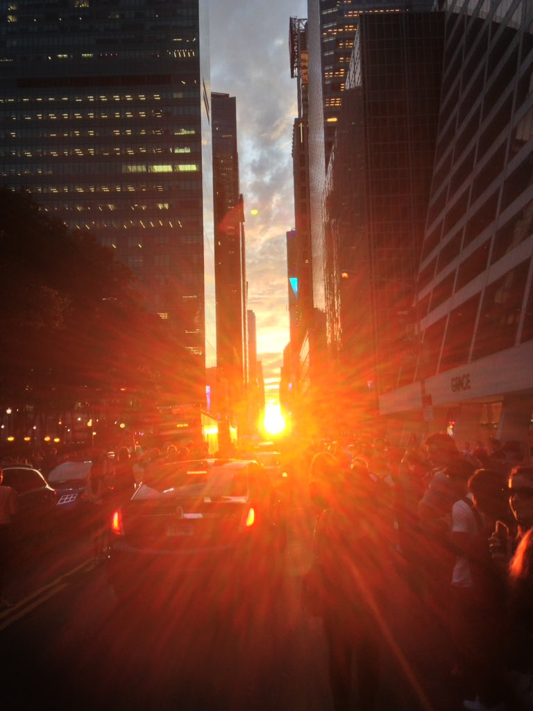 Tonight's #Manhattanhenge as seen from E42nd Street. #NewYorkCity https://t.co/ku5NgHxS8E